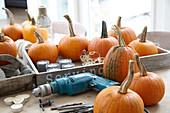 Halloween-Kürbisse schnitzen