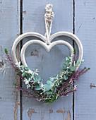 Hängendes Herz mit Knospenheide und Eukalyptus
