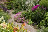 Blühende Beete im Sommer