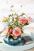 Arrangement mit Rosenblüten