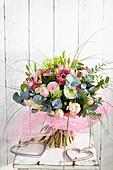 Strauß aus Rosen, Eukalyptus, Gerbera und Lilien
