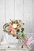 Pastellfarbener Blumenstrauß mit Chrysanthemen und Lilien