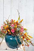 Strauß aus Rosen, Gerbera, Lilien und Zweigen