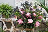 Strauß aus Rosen und Liguster