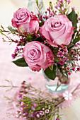 Strauß aus Rosen und Waxflower