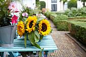Strauß aus Sonnenblumen auf Sommerterrasse
