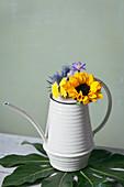 Blumen in Gießkanne