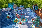 Picknickdecke mit selbst genähten Accessoires und Snackes