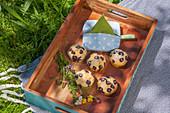Selbst genähte Serviettentasche und Muffins auf Holztablett