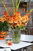 Strauß aus Gladiolen und Dahlien