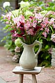 Strauß aus Gladiolen und Kalla