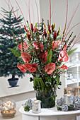 Weihnachts-Strauß mit Flamingoblumen und Lilien