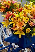 Gemischte Lilien auf Fahrrad