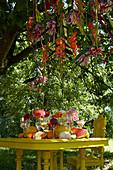 Tisch mit Dahlien und Früchten
