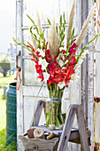 Rot-weißer Strauß aus Gladiolen und Pampasgras