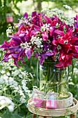 Strauß aus lilienblütigen Tulpen und Wiesenkerbel