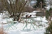 Sitzgruppe im verschneiten Garten