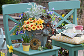 Frühlingsdeko mit Primel, Strahlenanemonen, Traubenhyazinthe, Purpurglöckchen, Milchstern und Greiskraut