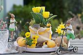 Oster-Tischdekoration mit Tulpe und Hornveilchen, Ostereiern und Osterhasen