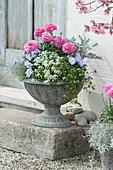 Blumenspindel mit Frühlingsblumen