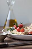 Hummus mit Pesto, Kirschtomaten, Bohnen und Petersilie