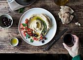 Hummus mit Pesto, Kirschtomaten, Bohnen, Petersilie und Fladenbrot