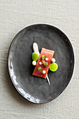 Marinierte Lachsforelle mit grünem Apfelgelee, Sauerrahmsauce, weisser Spargelmousse und Apfel-Senf-Sauce