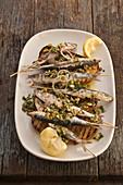 Gegrillte Sardinen mit Kräuter-Mandel-Salsa auf Röstbrot