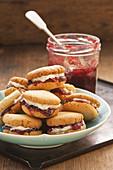 Keks-Sandwiches mit Creme-Marmeladen-Füllung