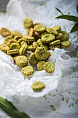 Vegan wild garlic crackers with wild garlic salt