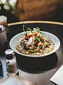 Arabisches Gericht mit Fleisch, Reis und Gemüse