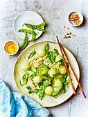 Nudelsalat mit Melonenkugeln, Gurke und Zuckerschoten (Asien)
