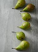 Mehrere Birnen auf grauem Brett