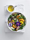 Fenchel-Artischocken-Salat mit frittiertem Käse und Eiersauce