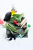 Gemüsestilleben mit Olivenölfläschchen