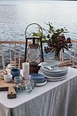 Maritim gedeckter Tisch auf einem Steg auf einem See