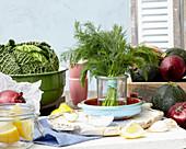 Frischer Dill, Gemüse und Zitrone