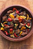 Lamm-Tajine mit Datteln und Gemüse