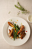 Potato wedges with green beans and cream cheese