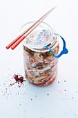 Kimchi im Weckglas mit Essstäbchen