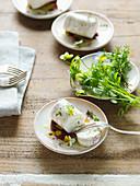 Ziegenkäserolle mit Olivenöl und Aceto Balsamico