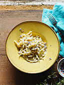 Pasta with goat's cheese and lemon sauce