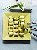 Zucchiniröllchen mit Tomaten-Frischkäse-Füllung