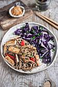 Vegane Sobanudeln mit Erdnusssauce, Tofu und Paprika, dazu gebratener Rotkohl