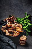 Datteln, getrocknete Feigen, Minze und Zimt (muslimischer Halal-Snack für Ramadan)