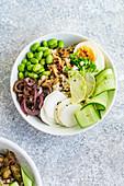 Vegetarische Lunch Bowl mit mariniertem Ei und Edamame