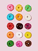 Mehrere, bunt glasierte Doughnuts