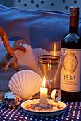 Abendstimmung mit Weißwein, Kerzenlicht und maritimer Dekoration