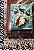 Brauner Koffer als Ablagetisch darauf Bücher, Parfum und Sonnenbrille