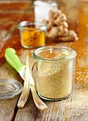 Salzmischung aus Zitronengras, Kardamom, Ingwer und Kurkuma